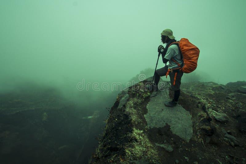 Mężczyzna wycieczkuje przy Mt Rinjani zdjęcia stock
