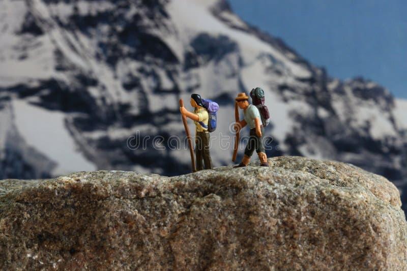 Mężczyzna wycieczkuje up w górach na halnym mountaineering i góra obrazy stock