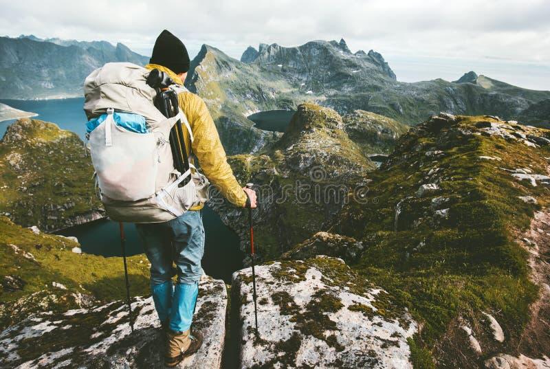Mężczyzna wycieczkuje w gór Podróżować z plecakiem zdjęcie royalty free