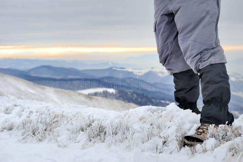 Mężczyzna Wycieczkuje W górach zdjęcia royalty free