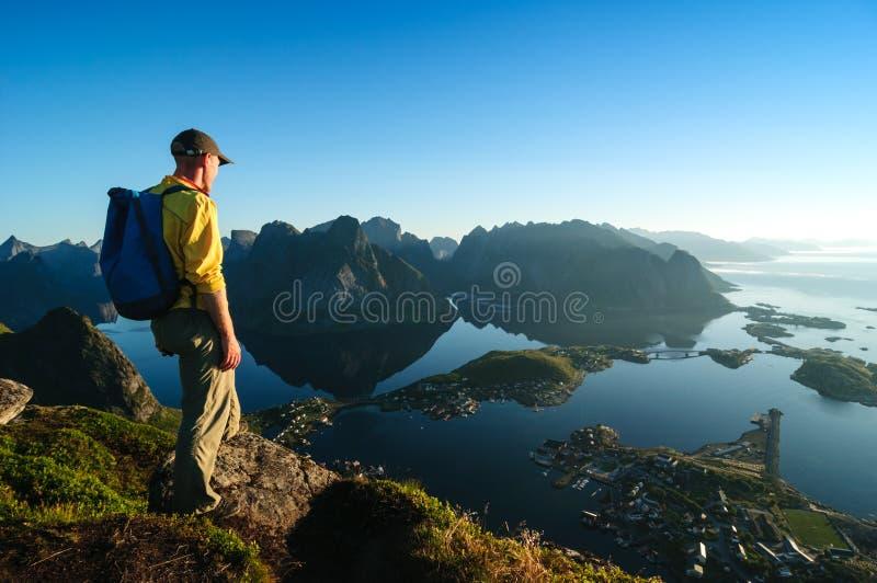 Mężczyzna wycieczkuje w Norwegia zdjęcia royalty free