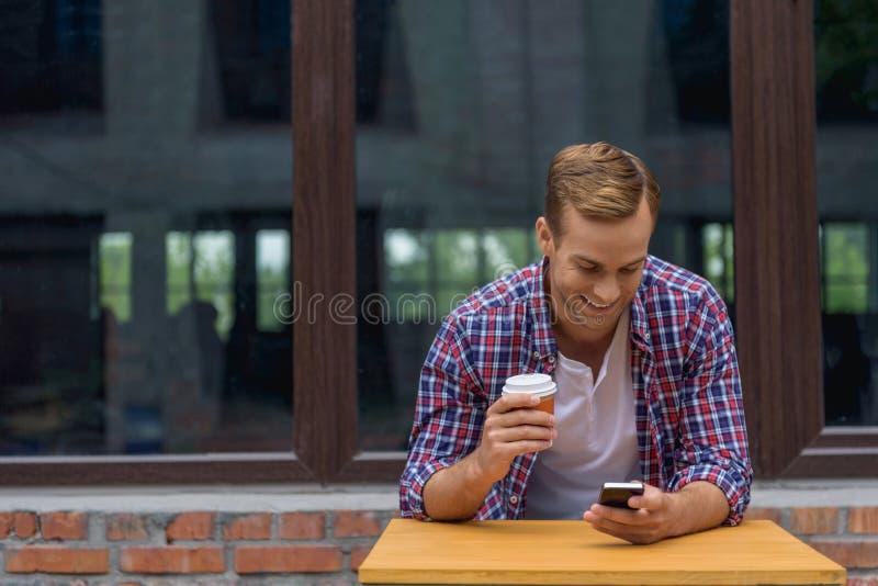 Mężczyzna wydaje czas w kawiarni obraz royalty free