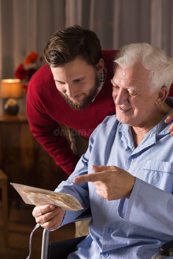 Mężczyzna wydaje czas z wnukiem zdjęcia royalty free