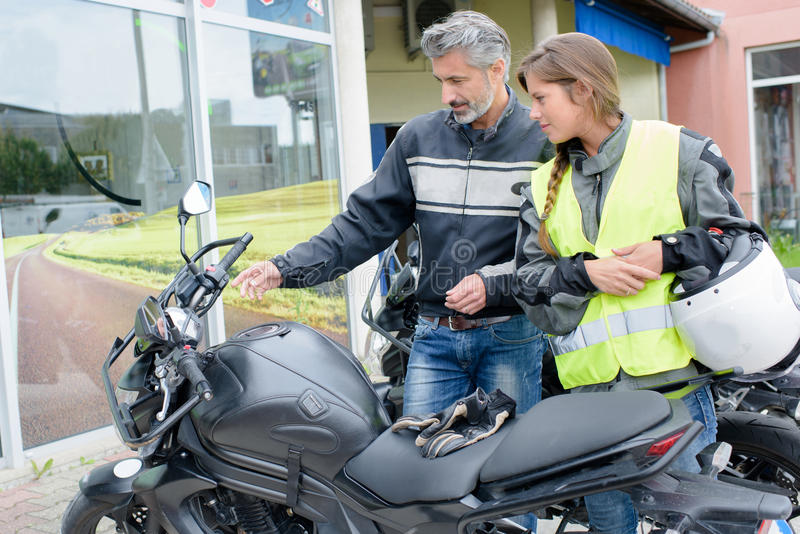 Mężczyzna wyjaśnia kontrola motocykl dama zdjęcie royalty free