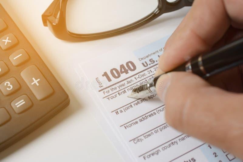 Mężczyzna wypełnia USA podatku formę podatek forma my biznesowego dochodu biurowa ręka obraz royalty free