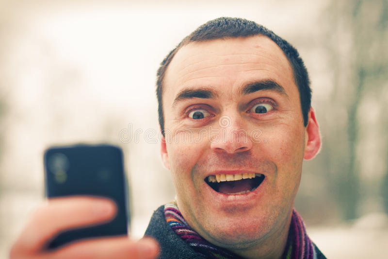 Mężczyzna wyraża emocję z telefon komórkowy fotografia stock