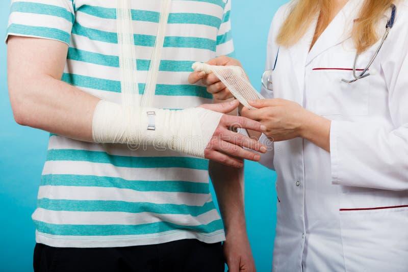 Mężczyzna z łamaną ręki wizyty lekarką zdjęcie stock