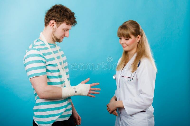 Mężczyzna z łamaną ręki wizyty lekarką obraz stock