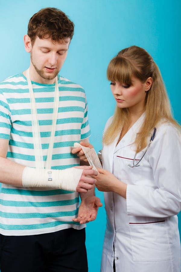Mężczyzna z łamaną ręki wizyty lekarką zdjęcia stock