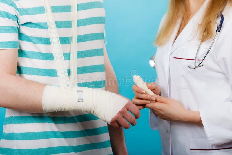 Mężczyzna z łamaną ręki wizyty lekarką fotografia stock