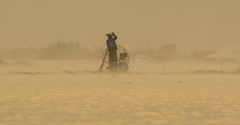 Mężczyzna z łodzią na Intarsja jeziorze w shanie, Myanmar zdjęcie royalty free