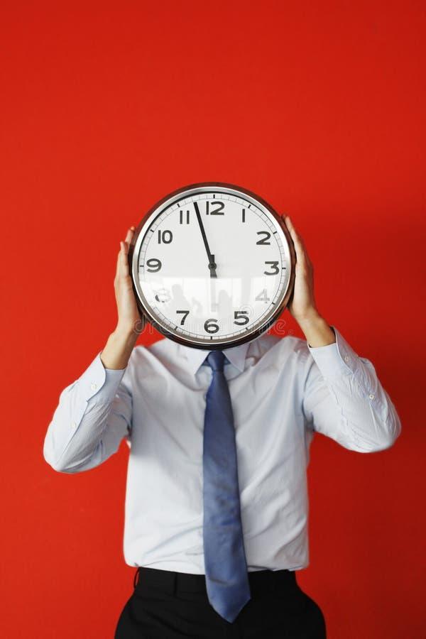 Mężczyzna z ściennym zegarem obraz stock