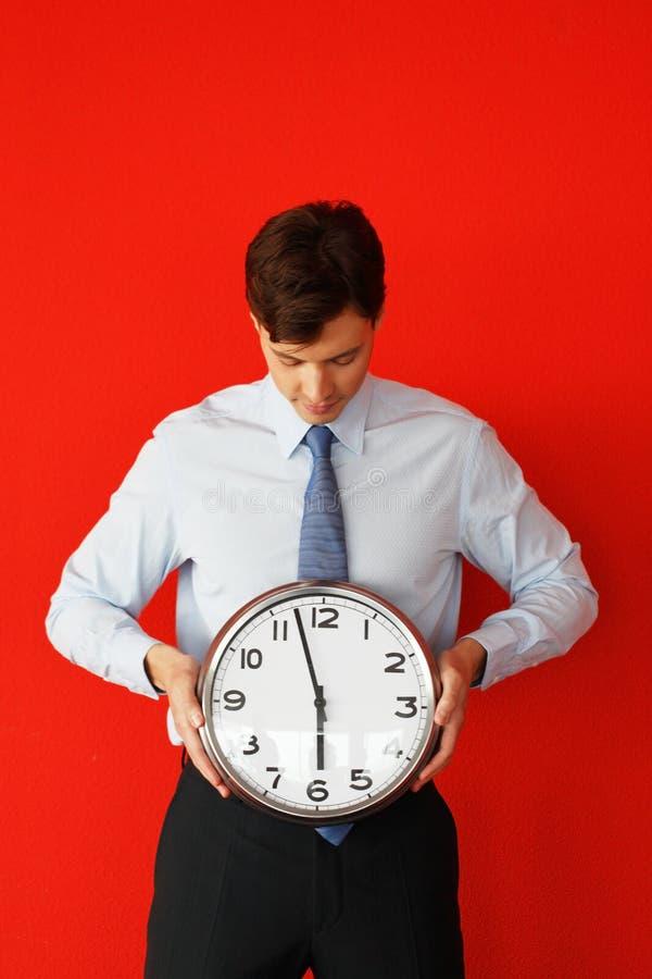 Mężczyzna z ściennym zegarem zdjęcie stock