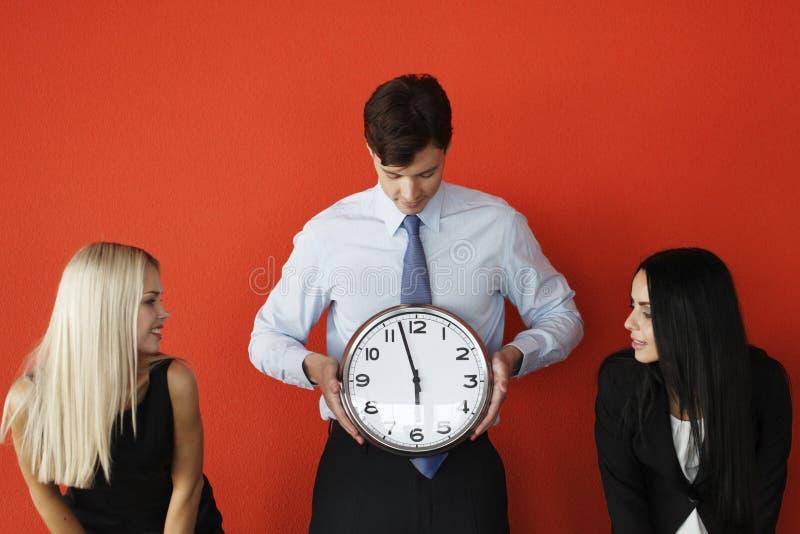 Mężczyzna z ściennym zegarem obrazy royalty free