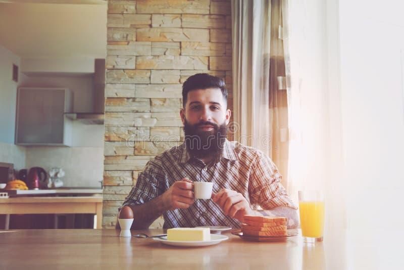 mężczyzna z śniadaniem i filiżanką ranek kawa zdjęcia stock