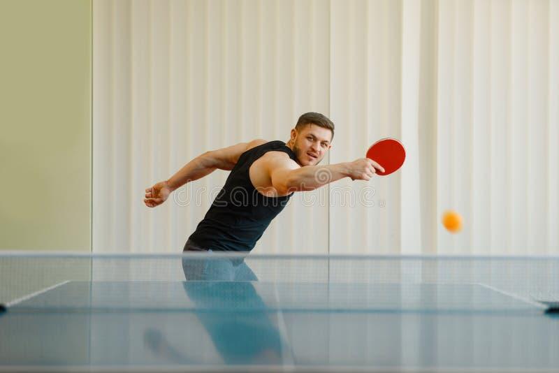 Mężczyzna z śwista pong kantem bawić się piłkę daleko obraz royalty free