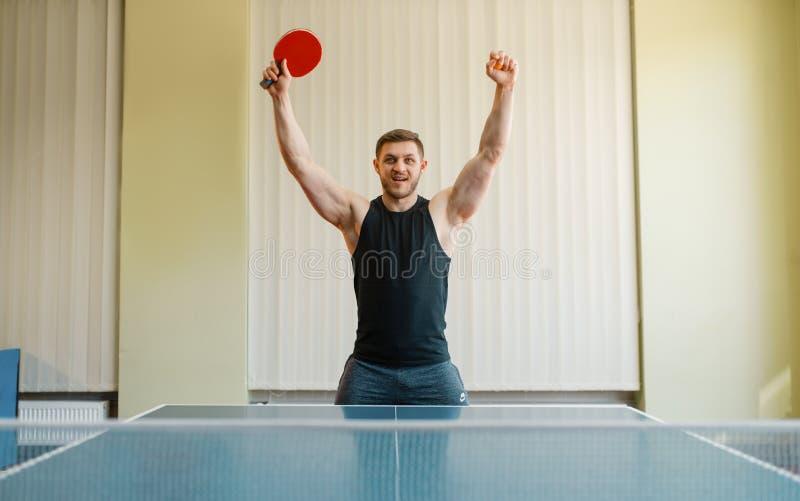 Mężczyzna z śwista pong kantem podnosił jego ręki w górę zdjęcie royalty free