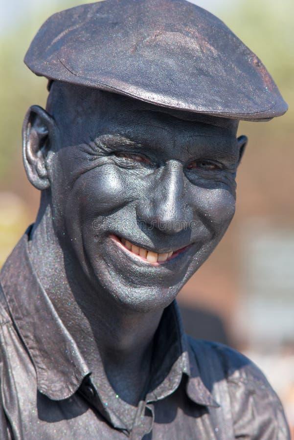 Mężczyzna z żółtymi zębami i siwieje twarzy farby ono uśmiecha się fotografia stock