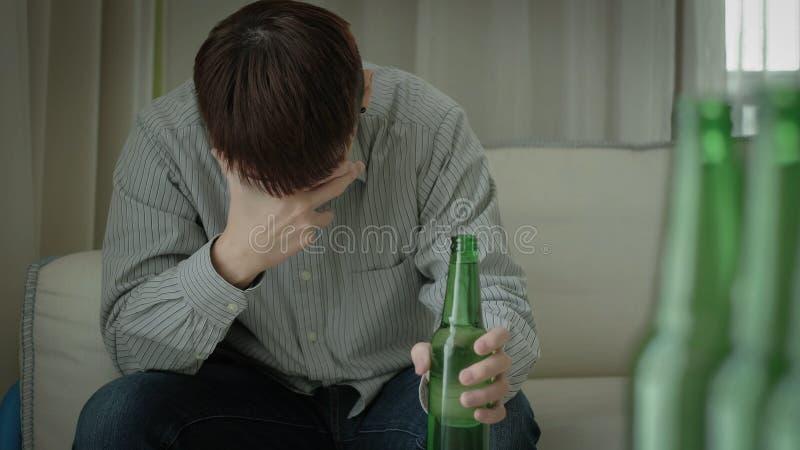 Mężczyzna z alkoholizmem fotografia stock
