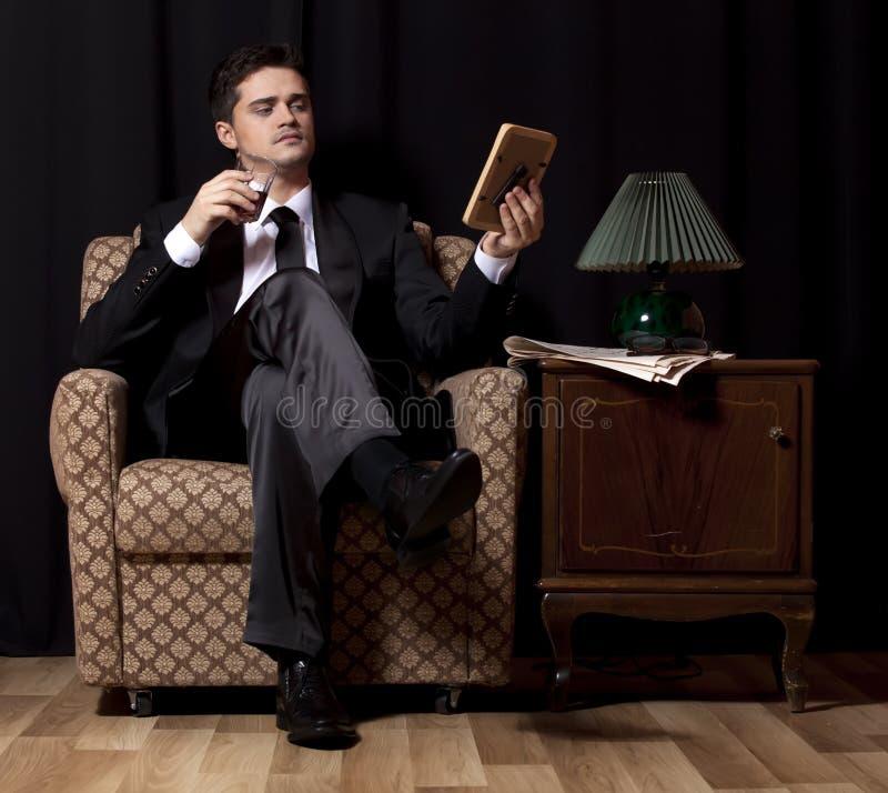 Mężczyzna z alkoholu obsiadaniem w rocznika karle obrazy royalty free
