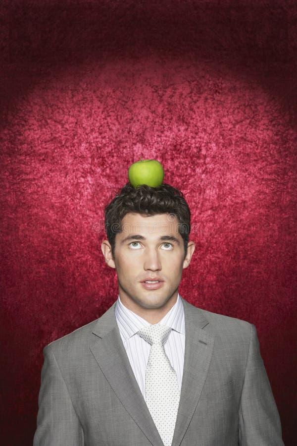 Mężczyzna Z Apple Na Jego głowie zdjęcia stock