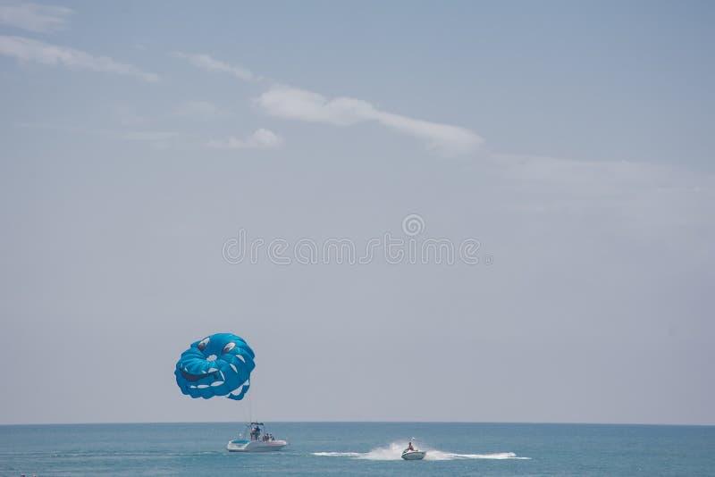 Mężczyzna z błękitnym spadochronem obrazy stock