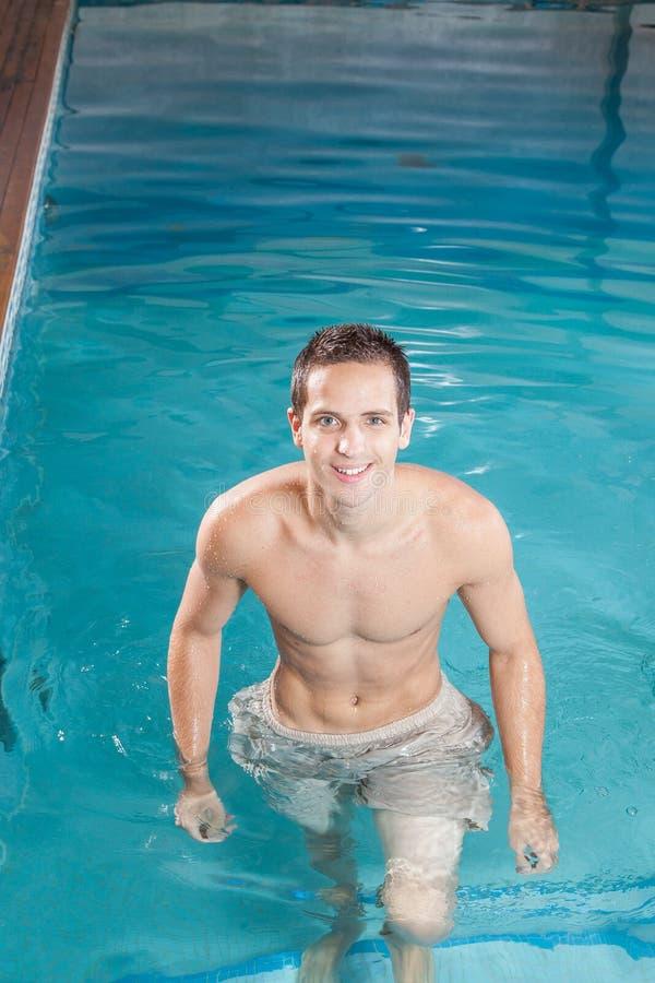 Mężczyzna z basenu obraz stock