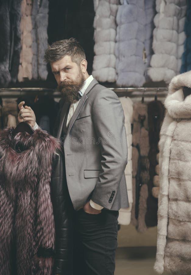 Mężczyzna z brodą i wąsy trzymamy futerkowego żakiet obrazy stock