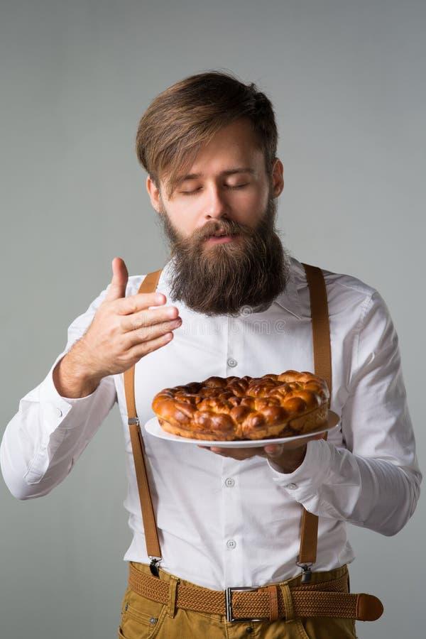 Mężczyzna z brodą z kulebiakiem obraz stock