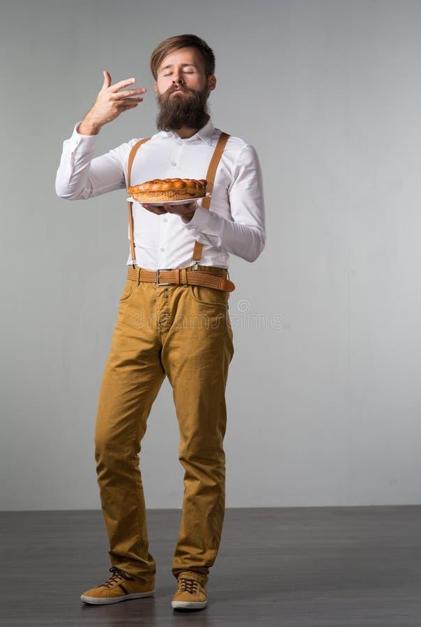 Mężczyzna z brodą z kulebiakiem zdjęcie royalty free