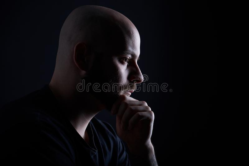 Mężczyzna z brodą na zmroku - szary tło zdjęcia royalty free