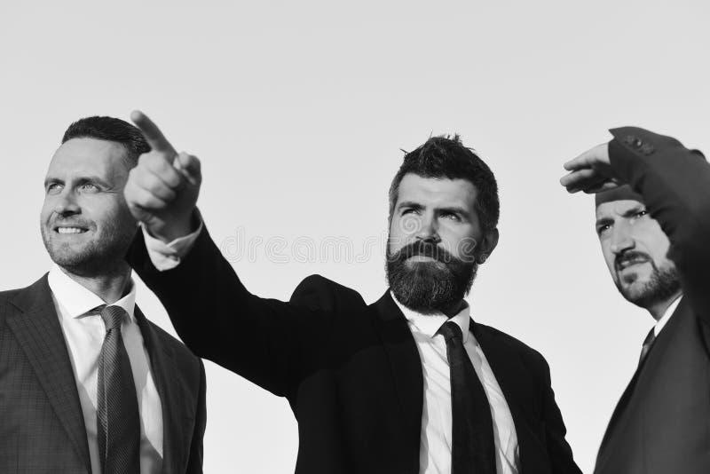 Mężczyzna z brodą naprzód i poważnymi twarz punktami fotografia royalty free