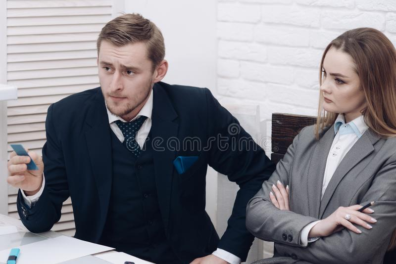 Mężczyzna z brodą trzyma plastikową wizyty kartę Przedstawiać pojęcie Partnery biznesowi lub biznesmen przy spotkaniem, biuro obrazy stock