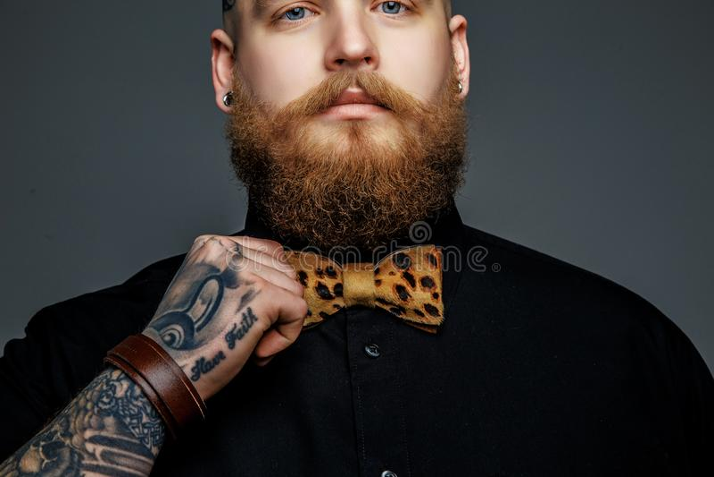 Mężczyzna z brodą w czarnej t koszula zdjęcia stock