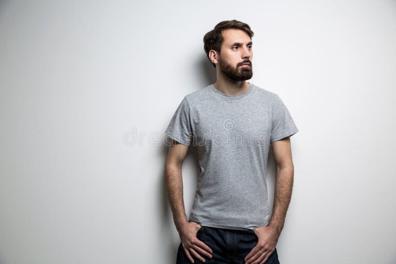 Mężczyzna z brody popielatą koszulką fotografia royalty free