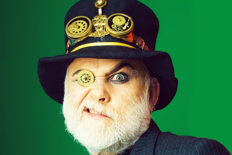 Mężczyzna z cogwheel w oku obraz royalty free