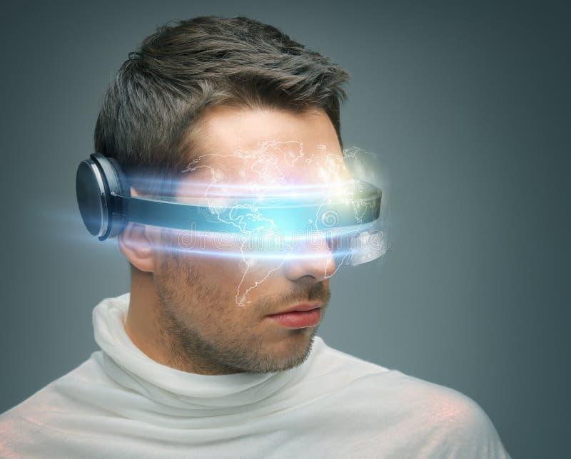 Mężczyzna z cyfrowymi szkłami obraz stock