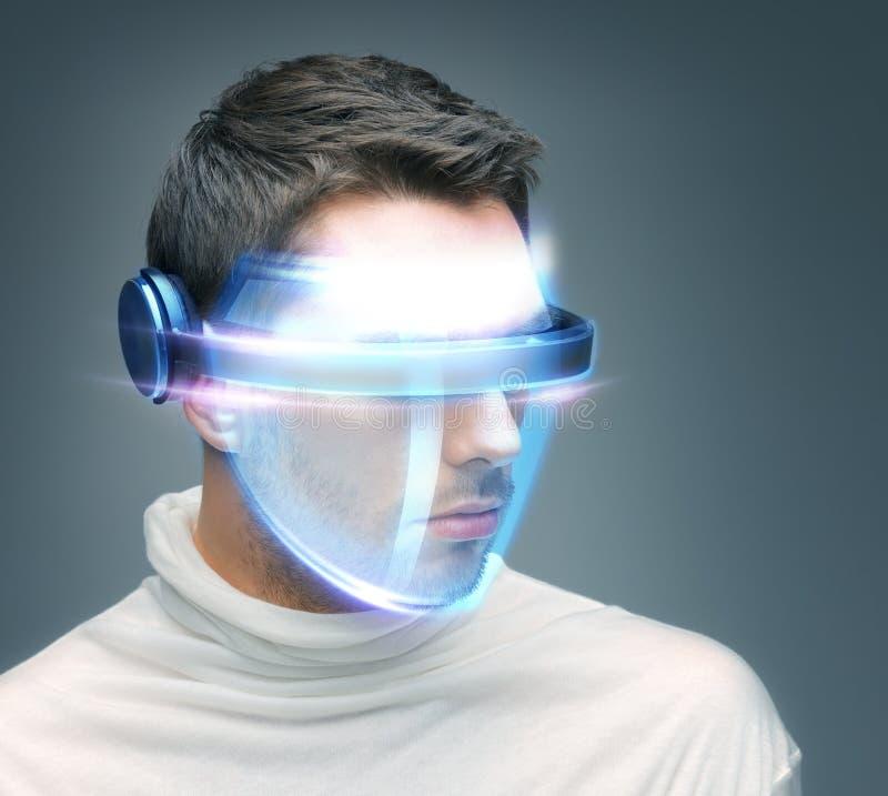 Mężczyzna z cyfrowymi szkłami fotografia stock