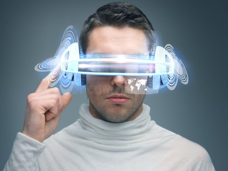Mężczyzna z cyfrowymi szkłami zdjęcia royalty free