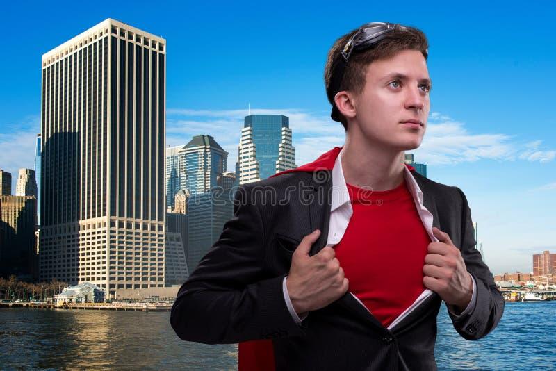 Mężczyzna z czerwieni pokrywą w super bohatera pojęciu fotografia stock