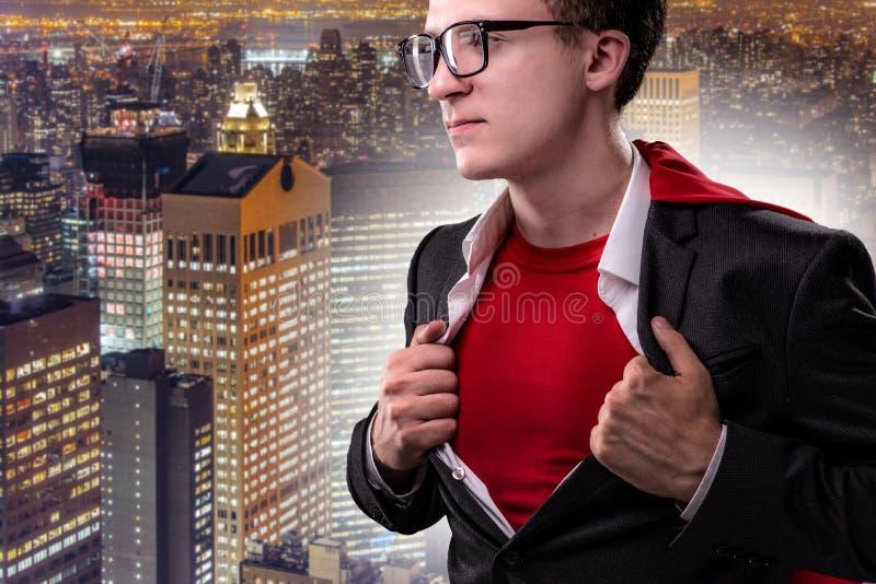 Mężczyzna z czerwieni pokrywą w super bohatera pojęciu obrazy stock