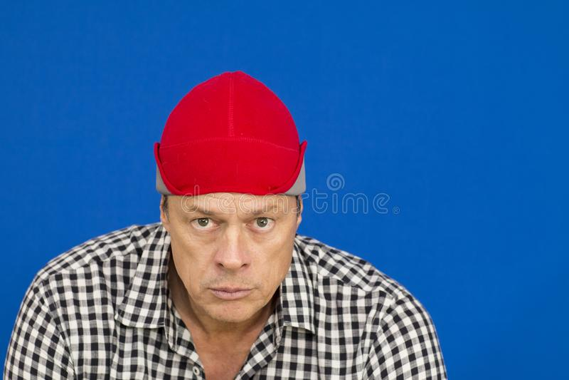 Mężczyzna z czerwoną kapeluszu i szkockiej kraty koszula zdjęcie royalty free