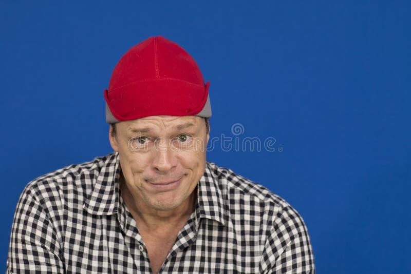 Mężczyzna z czerwoną kapeluszu i szkockiej kraty koszula, czarny i biały fotografia royalty free
