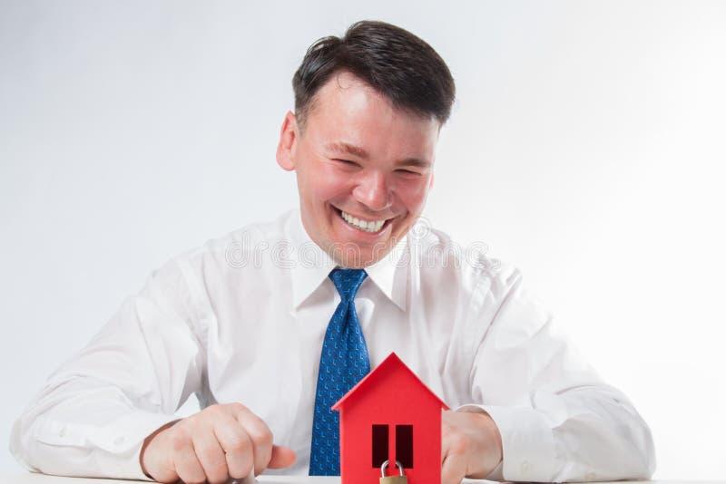 Mężczyzna z czerwonym papieru domem zdjęcia stock