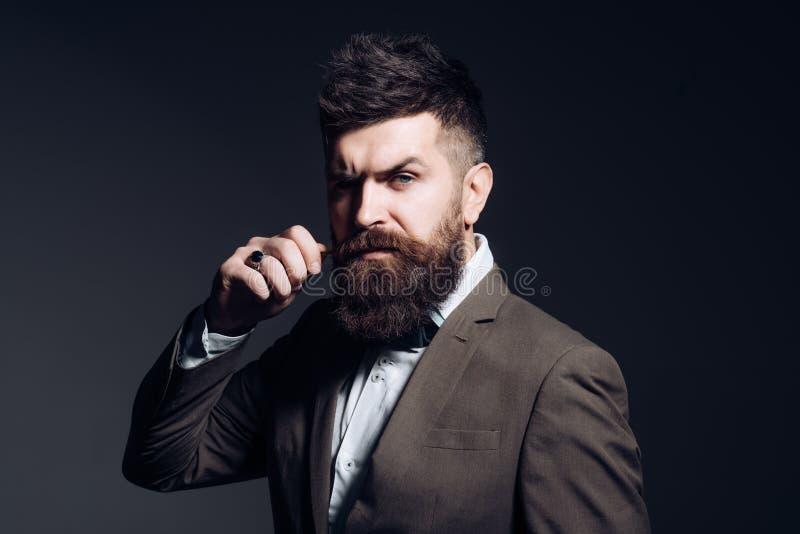 Mężczyzna z długą brodą w biznesowej odzieży jak zwykle handlowa brodaty mężczyzna obrazy stock