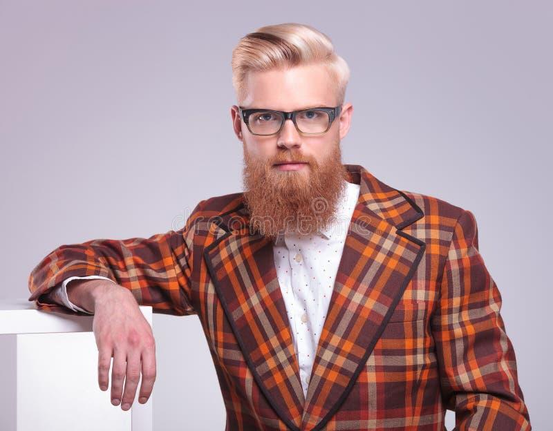 mężczyzna z długi czerwony brody i szkieł odpoczywać fotografia stock