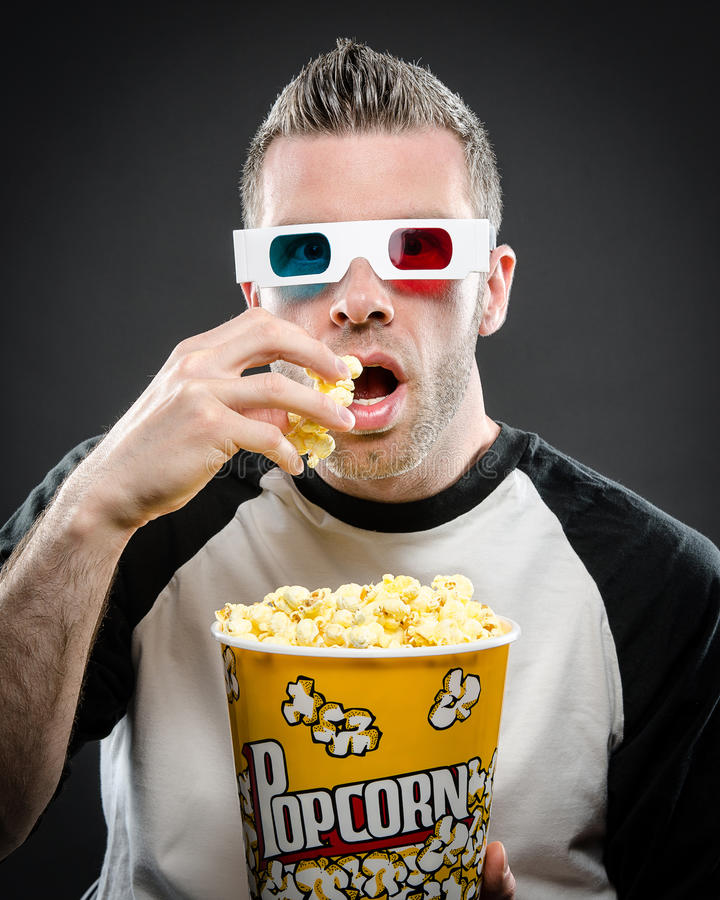 Mężczyzna z 3D szkłami i popkornem zdjęcie stock