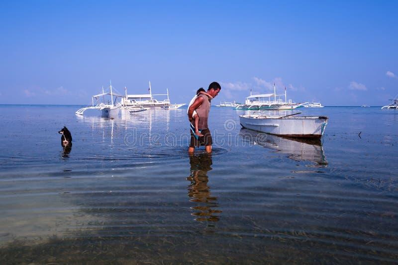 Mężczyzna z dzieckiem w morzu, Filipiny zdjęcie stock