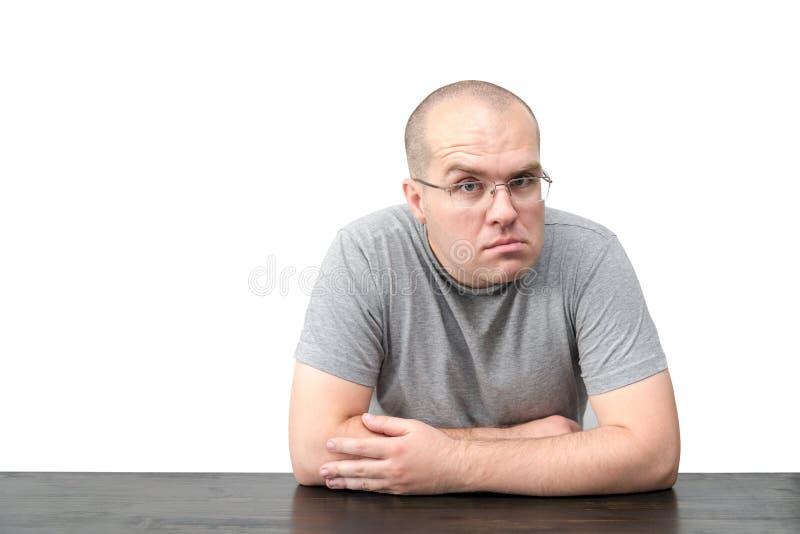 Mężczyzna z dziwacznym twarzy wyrażeniem odizolowywającym na białym tle fotografia stock