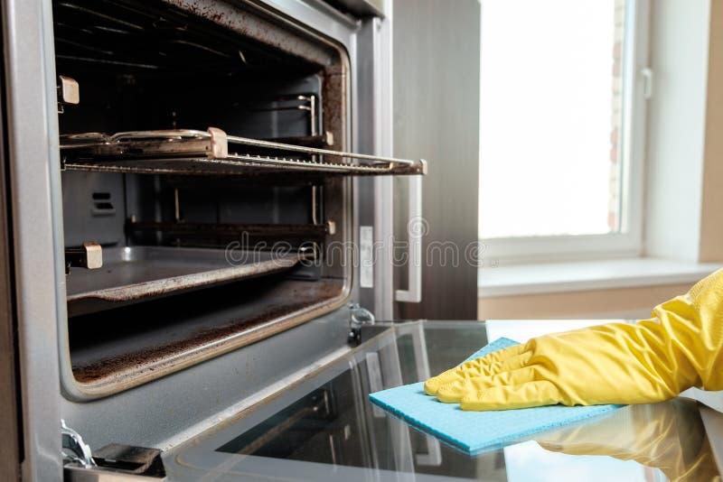 Mężczyzna z gałganianego cleaning kuchenną kuchenką obrazy stock
